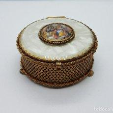 Antigüedades: JOYERO MUSICAL ANTIGUO EN BRONCE ORMOLU, SÍMIL DE NACAR Y MEDALLÓN DE PORCELANA POLICROMADO .. Lote 77271661