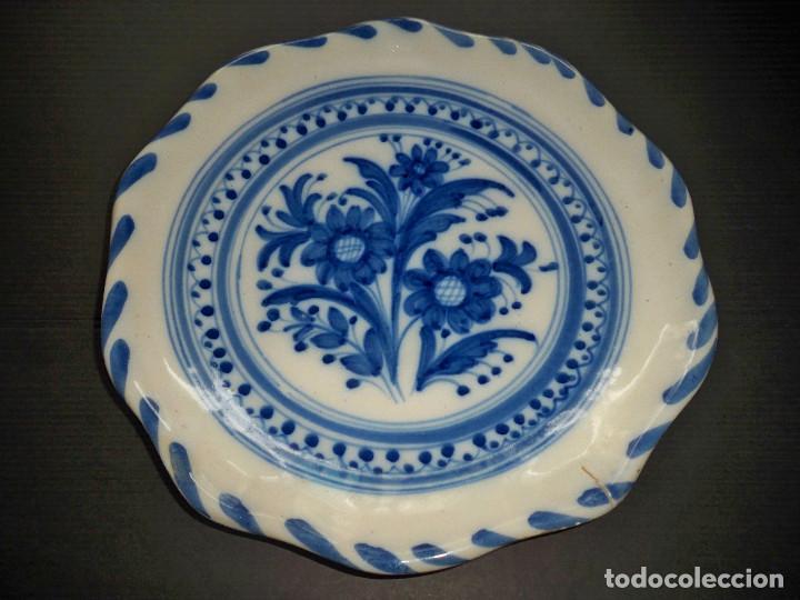 PLATO CERAMICAS EL CARMEN TALAVERA FLOR AZUL Y BLANCO (Antigüedades - Porcelanas y Cerámicas - Talavera)