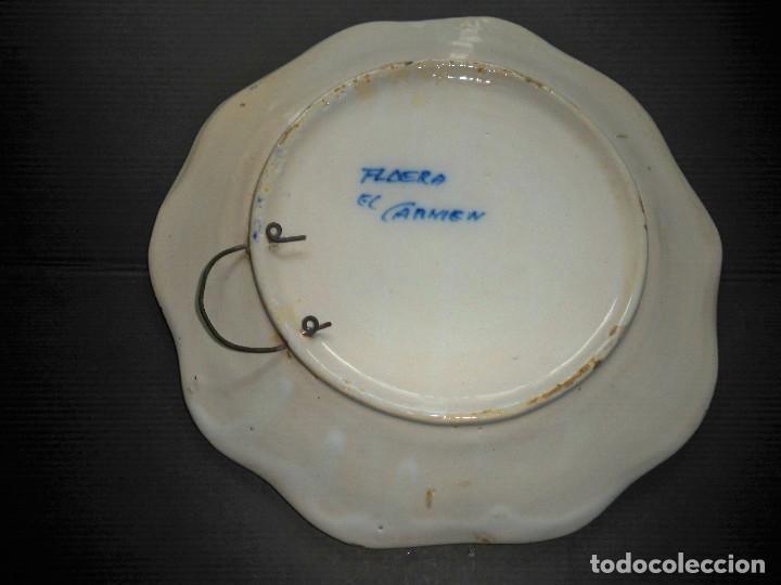 Antigüedades: PLATO CERAMICAS EL CARMEN TALAVERA FLOR AZUL Y BLANCO - Foto 2 - 68410177