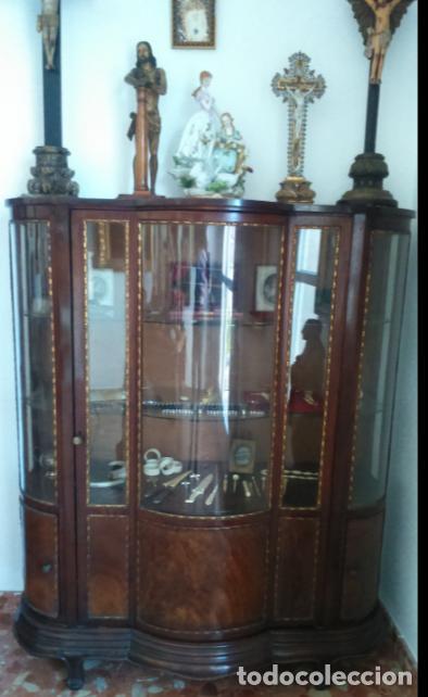VITRINA FERNANDINA S. XIX DE PALMA DE CAOBA, CON CRISTALES ABOMBADOS. 130X107X43,5 CMS. (Antigüedades - Muebles Antiguos - Vitrinas Antiguos)