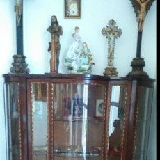 Antigüedades: VITRINA FERNANDINA S. XIX DE PALMA DE CAOBA, CON CRISTALES ABOMBADOS. 130X107X43,5 CMS.. Lote 68489549