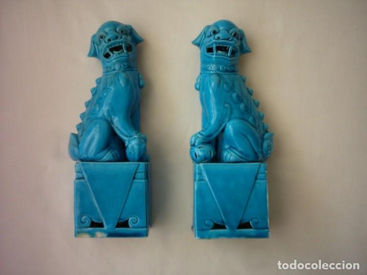 PAREJA DE ANTIGUAS FURIAS CHINAS EN PORCELANA. 25 CM. (Antigüedades - Porcelanas y Cerámicas - China)