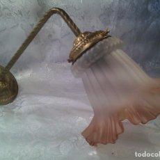Antigüedades: APLIQUE ART NOUVEAU EN BRONCE CON TULIPA EN CRISTAL GLASEADO DE BOCA ONDULADA. CIRCA 1900.. Lote 68596713