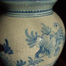 Antigüedades: ANTIGUO JARRON CERAMICA ESMALTADA, PINTADO A MANO CRAQUELE, . FIRMADO CASES. MANISES. FLORES AZUL. Lote 68716289