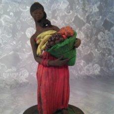 Antigüedades: AFRICANA CON CESTA DE FRUTAS.TERRACOTA POLICROMADA Y FIRMADA C. OLIVER. MALLORCA AÑOS 50.. Lote 178762648