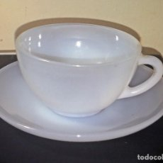 Antigüedades: ANTIGUA TAZA DE CAFÉ CON PLATILLO ARCOPAL SPAIN TRANSLUCIDO. Lote 112585448