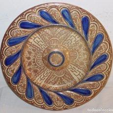 Antigüedades: PLATO EN CERÁMICA DE REFLEJOS METÁLICOS CON TONOS AZULES - MANISES - AÑOS 20. Lote 68869093