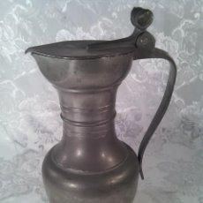 Antigüedades: JARRA EN ESTAÑO CON TAPA Y REMATE DE BELLOTAS. PRIMERA MITAD S. XX. MARCA ESTAÑOL.. Lote 68880481