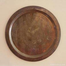 Antigüedades: PLATO ANTIGUO DE COBRE CON MOTIVOS DEL ANTIGUO EGIPTO GRABADOS A MANO .. Lote 68918417