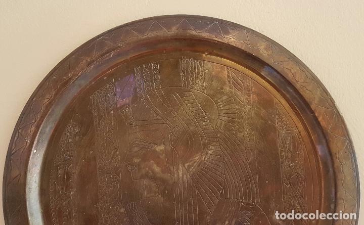 Antigüedades: Plato antiguo de cobre con motivos del antiguo egipto grabados a mano . - Foto 2 - 68918417
