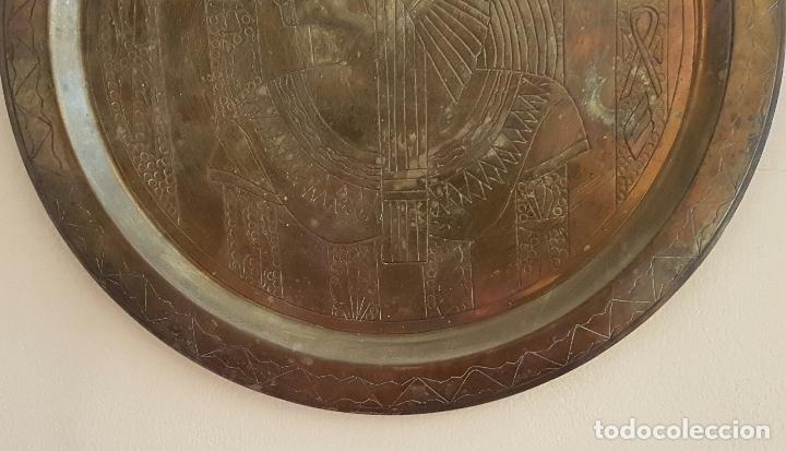 Antigüedades: Plato antiguo de cobre con motivos del antiguo egipto grabados a mano . - Foto 3 - 68918417