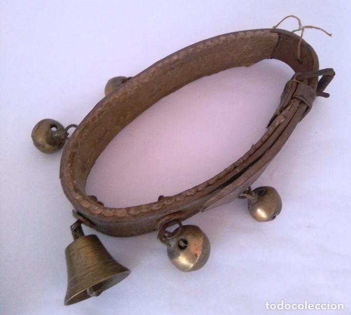 Antigüedades: MUY ANTIGUO COLLAR CENCERRO - CUERO - UNA CAMPANA Y CUATRO CENCERROS - Foto 7 - 69259125