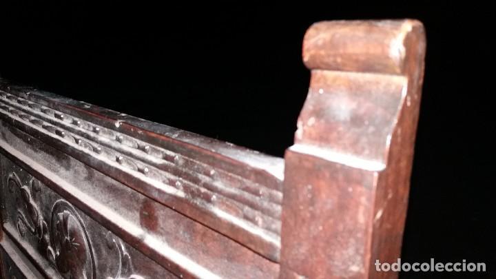 Antigüedades: Antiguo mueble banco silla de madera maciza con relieve cara guerrero romano balaustres salomonicos - Foto 3 - 69297449