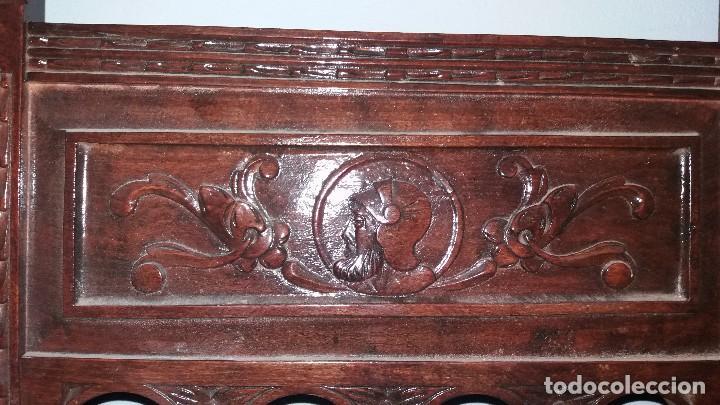 Antigüedades: Antiguo mueble banco silla de madera maciza con relieve cara guerrero romano balaustres salomonicos - Foto 13 - 69297449