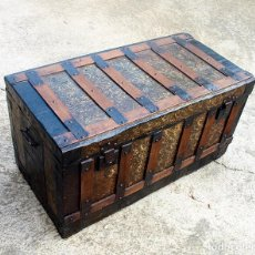 Antigüedades: ANTIGUO BAUL ARCA MADERA Y CHAPA. Lote 69393433