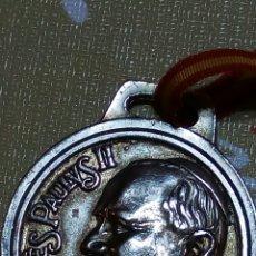 Antigüedades: MEDALLA RELIGIOSA CONMEMORATIVA DEL PAPA JUAN PABLO II DE SU VISITA A ESPAÑA 1982 + CINTA ORIGINAL. Lote 69419949