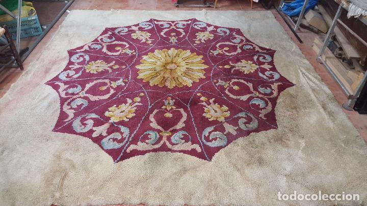 Antigüedades: Gran alfombra de nudo español bastante antigua realizada en lana. - Foto 5 - 62559360