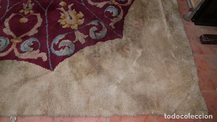 Antigüedades: Gran alfombra de nudo español bastante antigua realizada en lana. - Foto 6 - 62559360