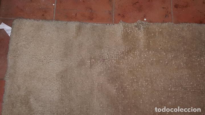 Antigüedades: Gran alfombra de nudo español bastante antigua realizada en lana. - Foto 9 - 62559360