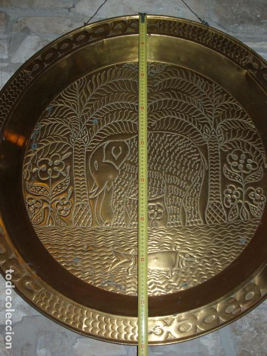 ANTIGUO PLATO DE METAL, LATÓN. DECORACIÓN AFRICANA. MUY TRABAJADO. GRAN TAMAÑO 90 CM. (Antigüedades - Hogar y Decoración - Platos Antiguos)