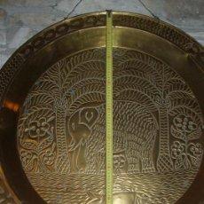 Antigüedades: ANTIGUO PLATO DE METAL, LATÓN. DECORACIÓN AFRICANA. MUY TRABAJADO. GRAN TAMAÑO 90 CM.. Lote 69508857