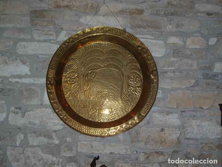 Antigüedades: ANTIGUO PLATO DE METAL, LATÓN. DECORACIÓN AFRICANA. MUY TRABAJADO. GRAN TAMAÑO 90 CM. - Foto 2 - 69508857