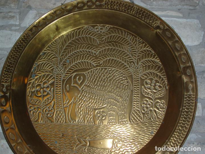 Antigüedades: ANTIGUO PLATO DE METAL, LATÓN. DECORACIÓN AFRICANA. MUY TRABAJADO. GRAN TAMAÑO 90 CM. - Foto 3 - 69508857