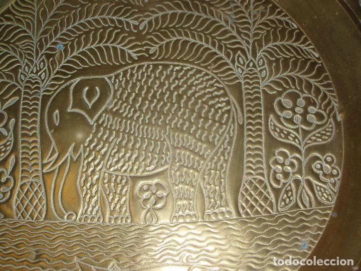 Antigüedades: ANTIGUO PLATO DE METAL, LATÓN. DECORACIÓN AFRICANA. MUY TRABAJADO. GRAN TAMAÑO 90 CM. - Foto 4 - 69508857