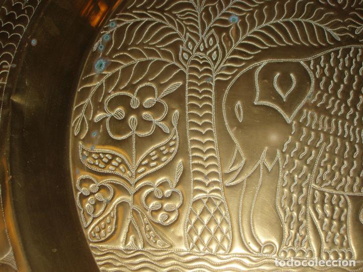 Antigüedades: ANTIGUO PLATO DE METAL, LATÓN. DECORACIÓN AFRICANA. MUY TRABAJADO. GRAN TAMAÑO 90 CM. - Foto 6 - 69508857