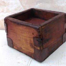 celemin de madera antiguo , medida de grano , esquinas rechapadas, apero de labranza ,,,APE365
