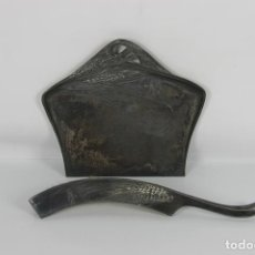 Antigüedades: RECOGEMIGAS. METAL PLATEADO. RECOGEDOR Y CEPILLO. SIGLO XIX.. Lote 42630743