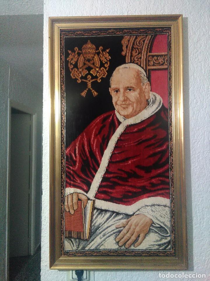 CUADRO-TAPIZ ENMARCADO DEL PAPA SAN JUAN XXIII. (Antigüedades - Hogar y Decoración - Tapices Antiguos)