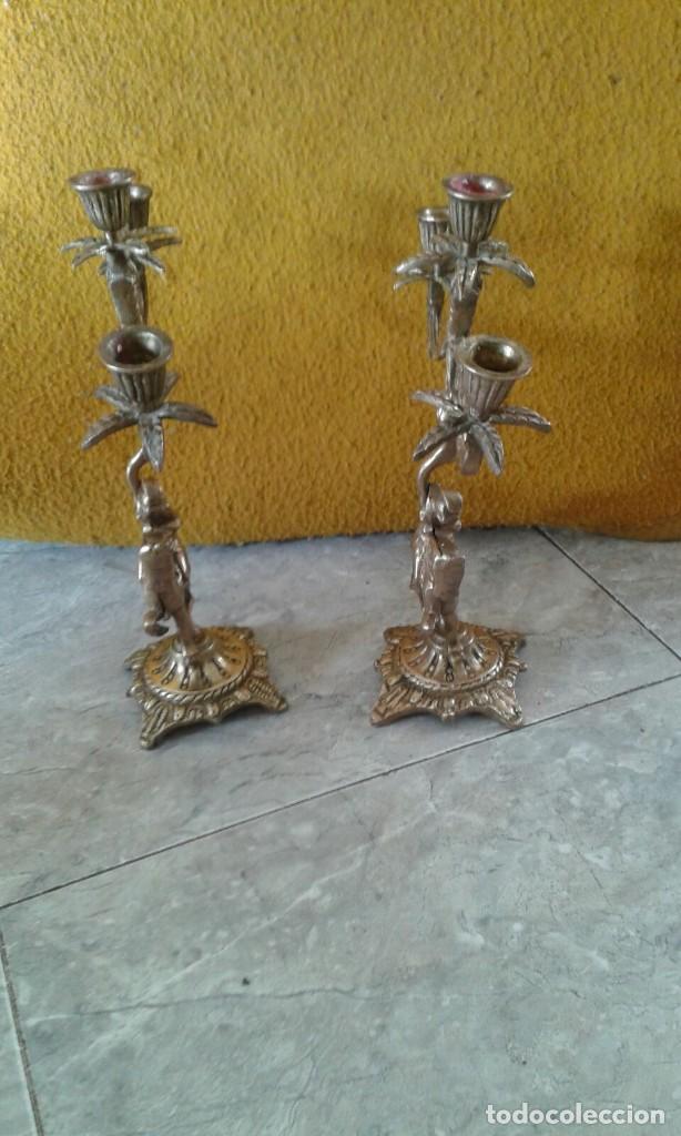 Antigüedades: PAREJA DE CANDELABROS DE BRONCE - Foto 3 - 69685905