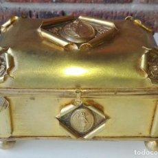 Antigüedades: CAJA JOYERO LATÓN REPUJADO ANTIGUO. SIGLO XIX. FRANCIA. Lote 69680417