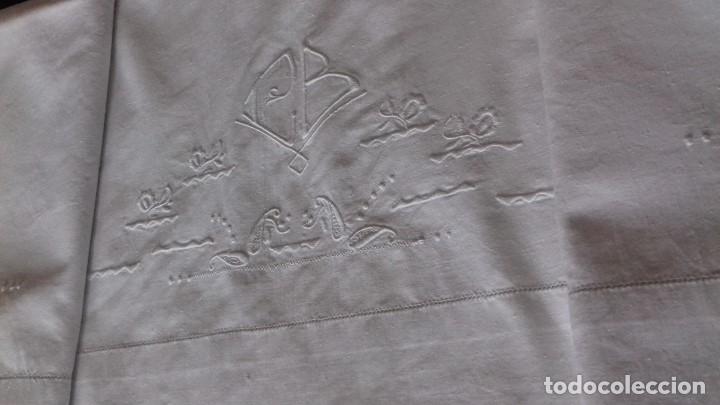 Antigüedades: ANTIGUA SÁBANA BORDADA A MÁQUINA, CON INICIALES, VAINICA Y REMATADA TAMBIEN CON VAINICA. - Foto 2 - 69755229
