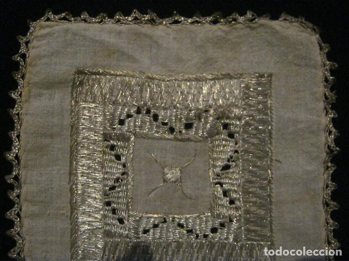 Antigüedades: ANTIGUO TAPETE RELIGIOSO DE LINO BORDADO CON HILO DE PLATA S. XIX - Foto 2 - 69856341