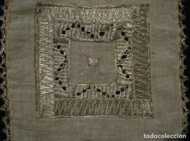 Antigüedades: ANTIGUO TAPETE RELIGIOSO DE LINO BORDADO CON HILO DE PLATA S. XIX - Foto 3 - 69856341