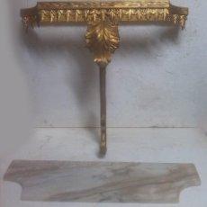 Antigüedades: ANTIGUA REPISA DE COLGAR EN MADERA TALLADA A MANO CON PAN DE ORO Y MARMOL. Lote 69974709