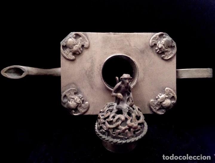 Antigüedades: ANTIGUA TETERA DE PLATA REPUJADA Y FILIGRANA, CON DEIDAD EN CLOISONNE - 152 GRAMOS. - Foto 9 - 70058149