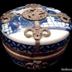 Antigüedades: CAJA-JOYERO EN PORCELANA CHINA RECUBIERTA DE PLATA TIBETANA.. Lote 70077325