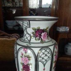 Antigüedades: ANTIGUO JARRON DE PORCELANA Y PLATA.. Lote 70118761