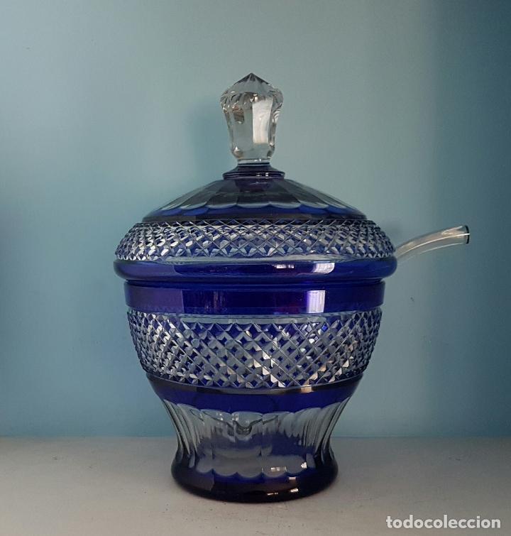 Antigüedades: Impresionante ponchera antigua en cristal de bohemia tallado a mano azul encamisado, años 20 . - Foto 3 - 70263481