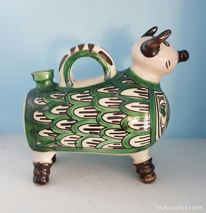 Antigüedades: Botijo antiguo con forma de toro en cerámica esmaltada de Teruel, firmada por Domingo Punter . - Foto 2 - 70263805