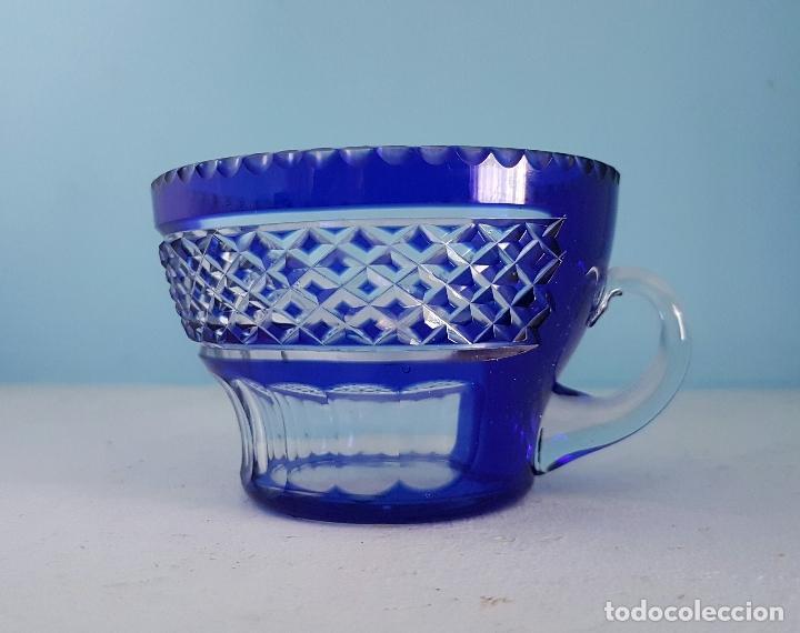 Antigüedades: Juego de tazas para ponche antiguas en cristal de bohemia tallado a mano azul encamisado, años 20 . - Foto 2 - 70332085