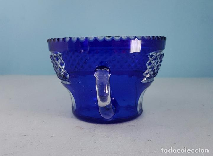 Antigüedades: Juego de tazas para ponche antiguas en cristal de bohemia tallado a mano azul encamisado, años 20 . - Foto 3 - 70332085