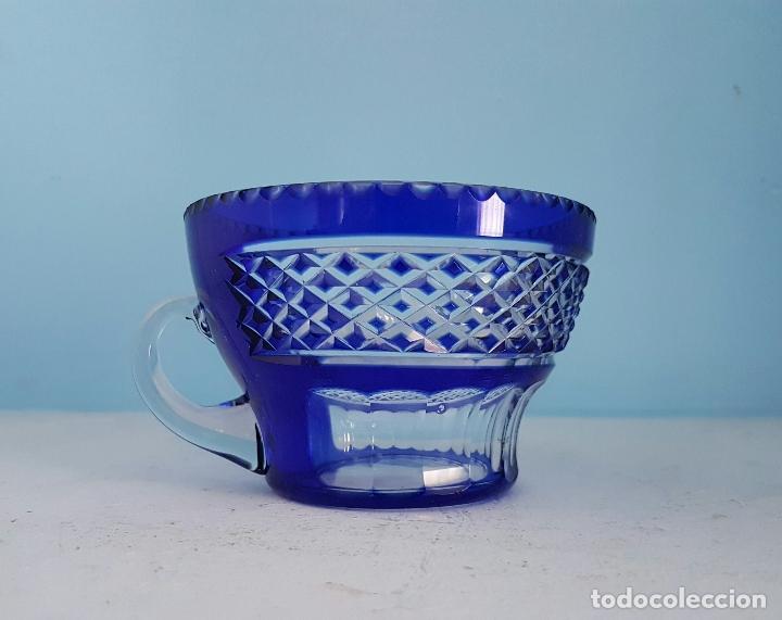 Antigüedades: Juego de tazas para ponche antiguas en cristal de bohemia tallado a mano azul encamisado, años 20 . - Foto 4 - 70332085