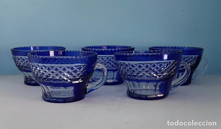 Antigüedades: Juego de tazas para ponche antiguas en cristal de bohemia tallado a mano azul encamisado, años 20 . - Foto 6 - 70332085