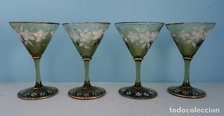 Antigüedades: Juego antiguo de licor en cristal soplado verde ambar decorado con flores esmaltadas al fuego, XIX . - Foto 2 - 70332977