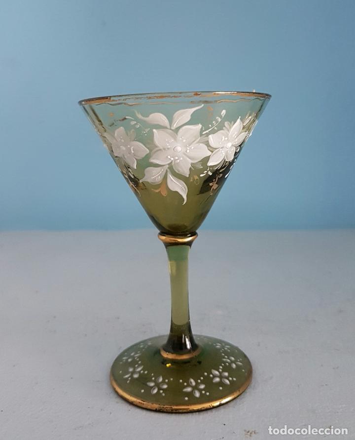 Antigüedades: Juego antiguo de licor en cristal soplado verde ambar decorado con flores esmaltadas al fuego, XIX . - Foto 3 - 70332977