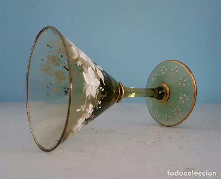 Antigüedades: Juego antiguo de licor en cristal soplado verde ambar decorado con flores esmaltadas al fuego, XIX . - Foto 4 - 70332977
